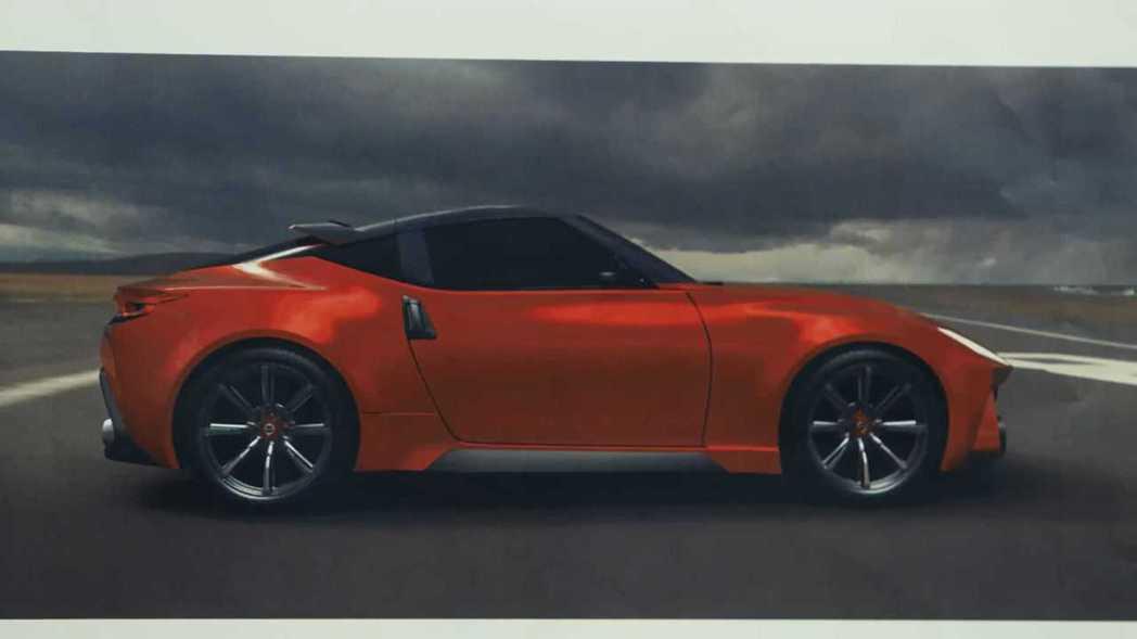 車側與370Z相當相似,車門把手也相同。 摘自Nissan