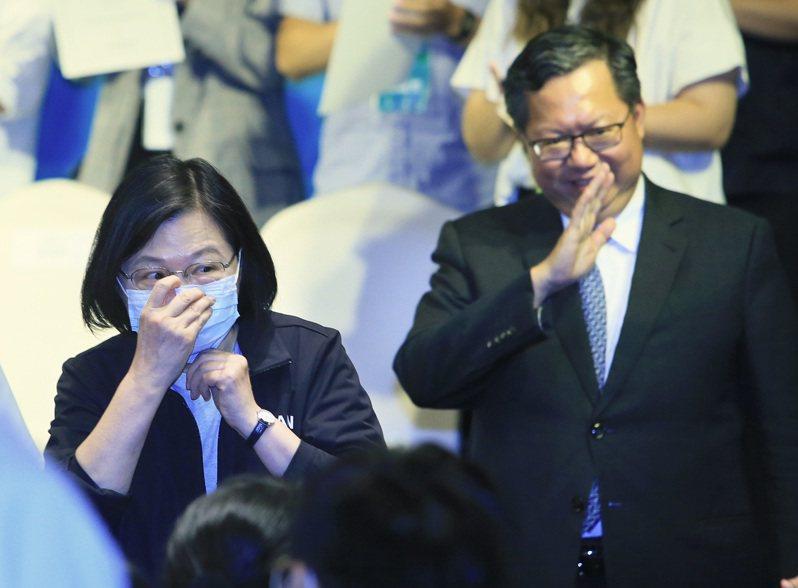 總統蔡英文(左)今天在民進黨中常會上問,「外面記者都在等文燦,他今天怎麼沒有來?」。圖/聯合報系資料照