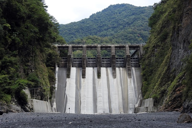 武界壩6號排洪閘門(左1)發生異常,疑自動開啟而放水,沖走下游的露營遊客。 圖/聯合報系資料照