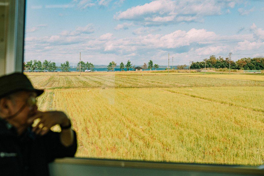 搭乘普快列車,穿越一片將近三小時的閑雅田園詩景。 圖/施清元攝影