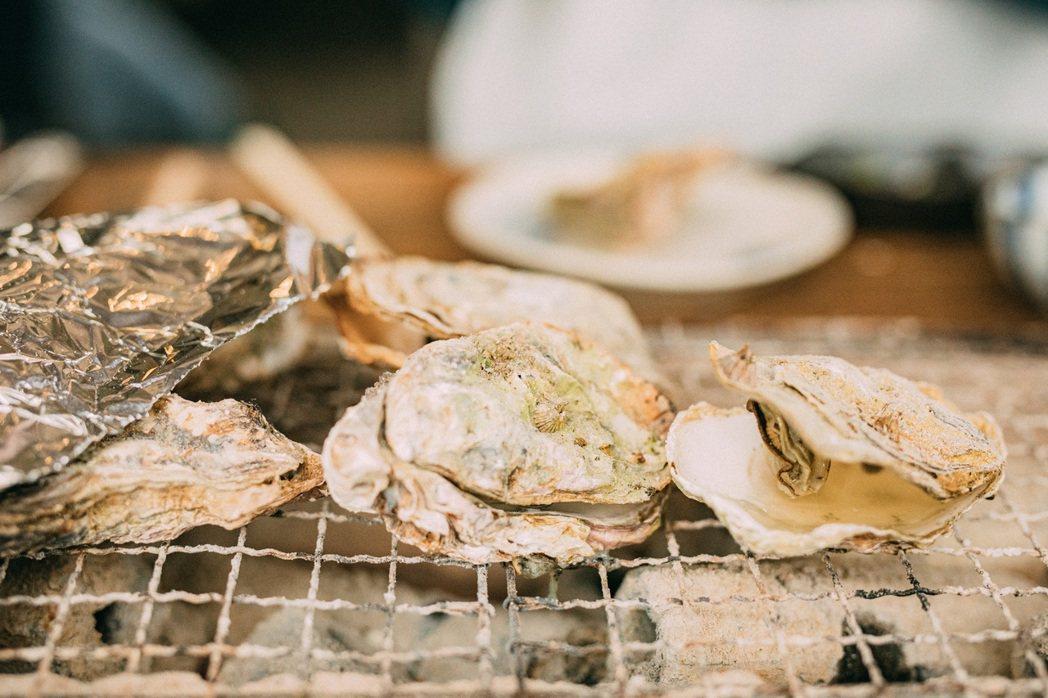 烤網上蠢蠢欲熟的大顆牡蠣。 圖/施清元攝影