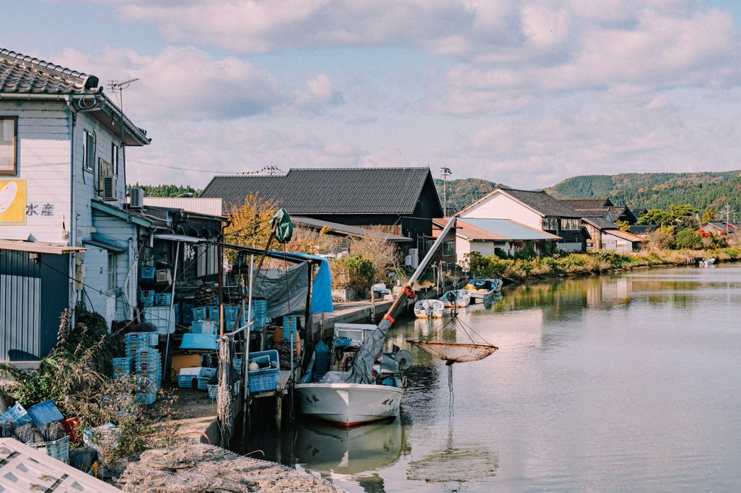 漁船到近海養殖區採收後,直接駛入「かき処 海」的得來速船道。 圖/施清元攝影