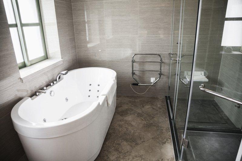 網友發文詢問浴室裡沒有乾濕分離的話,該怎麼樣預防滑倒意外? 圖/ingimage