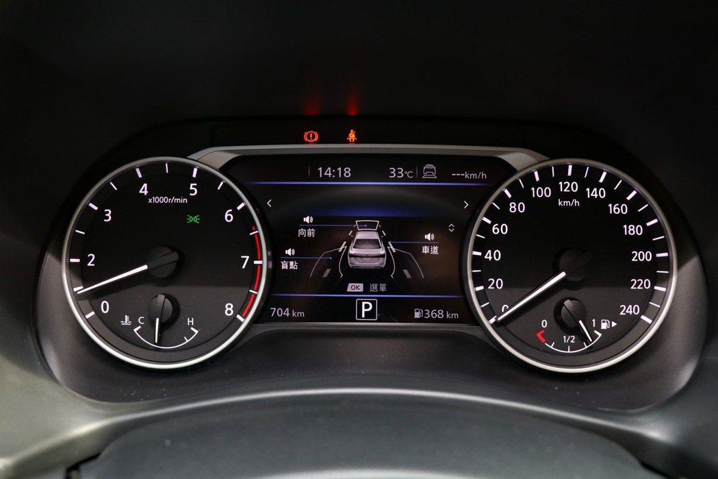 儀表板採用傳統雙環造型,尊爵智駕版更配有7吋數位液晶資訊幕。 記者陳威任/攝影