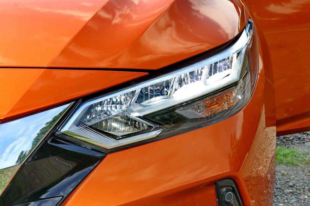 高階車型搭配上相當銳利的陣列式LED頭燈組。 記者陳威任/攝影