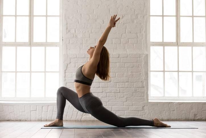 雙手放在右腳膝蓋上方,大腿往前與側邊方向伸展,可以的話兩側都要伸展。 © fi...