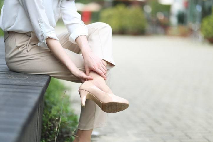脫掉鞋子後,用左手同時按摩膝蓋下左右兩邊脛骨凹陷的部位。右手握住腳跟,以膝蓋做為...