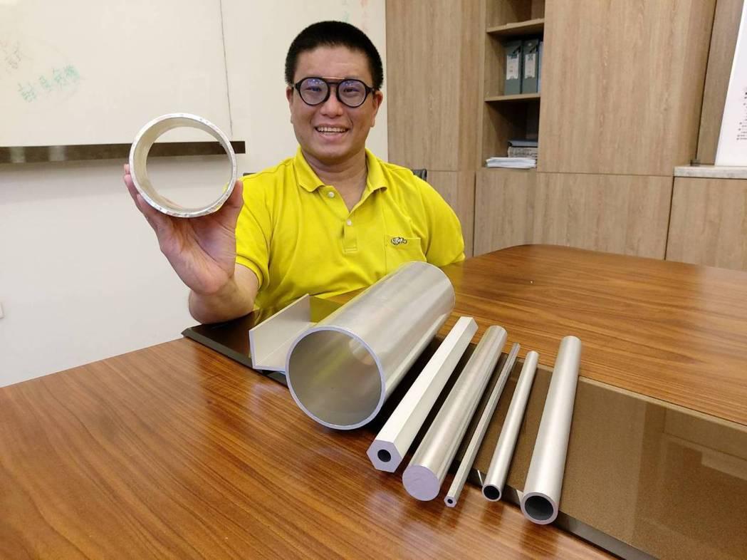 正盛鋁合金總經理邱偉誠展示自行研製的各式高強度鋁合金材料。莊智強/攝影