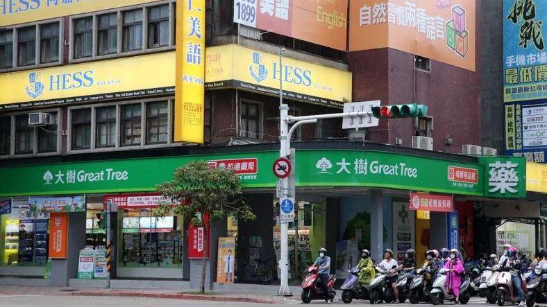 有民眾8月31日拿五張健保卡至台北市西園路的大樹連鎖藥局買實名制口罩,其中四包是...