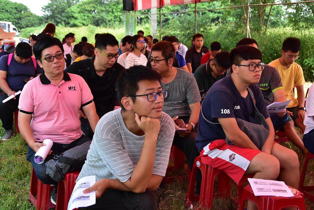 田間觀摩會吸引不少青年農民共同參與。 明道大學/提供。
