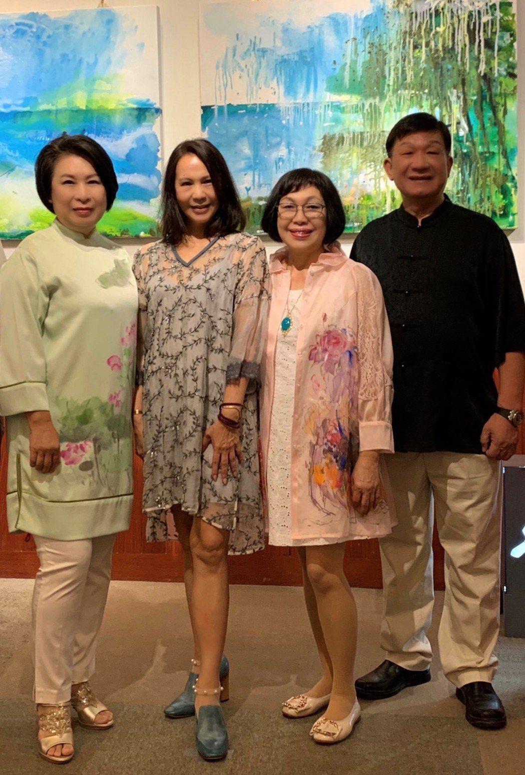 (由右至左)企業總裁林炎煌、總裁夫人邱魏叔雲、藝術家陳玉庭、蕭采縈。陳玉庭/提供