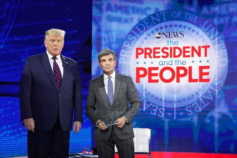 川普總統15日在費城出席由ABC News主辦的里民大人會,與選民交流。左為主持人史提法諾普魯斯。美聯社