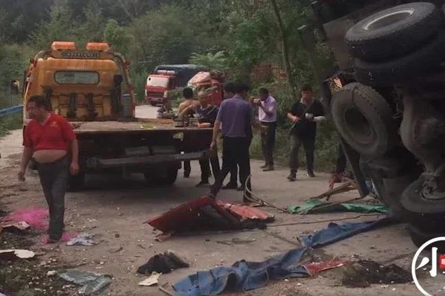 河南蒜車翻覆吊走8人撿蒜被他車壓死