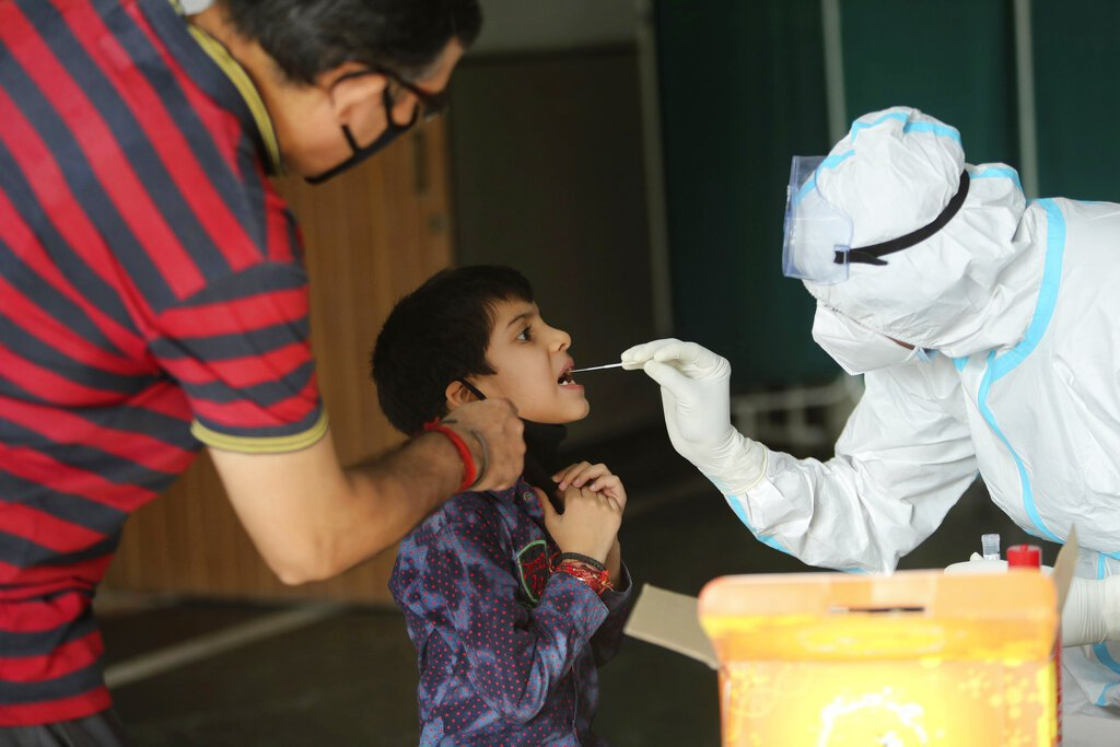 印度新冠疫情延燒,累計確診數即將突破500萬例。 美聯社