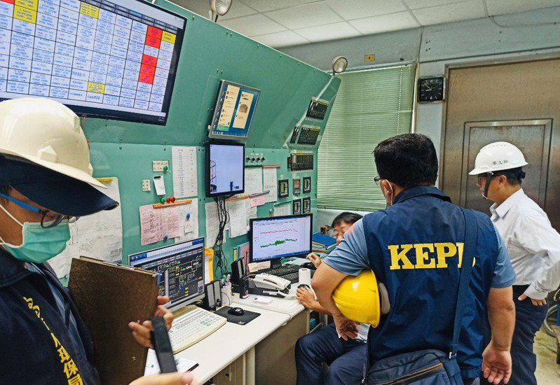 高雄市乙烯外洩持續進行查漏,為了掌握工廠端輸送壓力變化,市府環保局人員進廠檢測,並監看管線持壓近30小時的變化數據。(高市府提供)