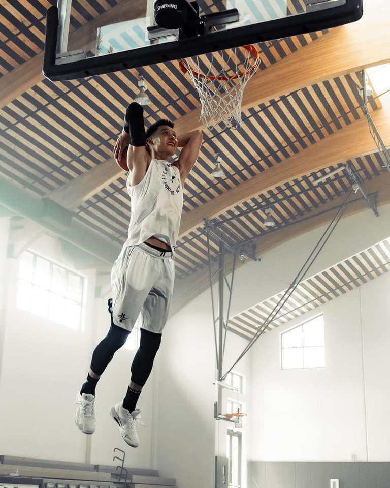 林書豪在臉書、Instagram平台貼出灌籃照片,宣示重返美國職籃NBA決心。 截圖自林書豪官方粉絲團