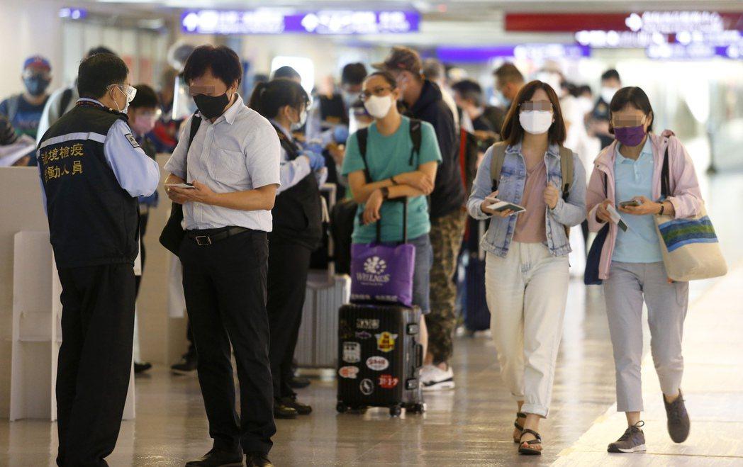關務署提醒民眾,入境攜帶口罩超過250片,須走紅線檯申報通關,避免口罩被沒收。圖...