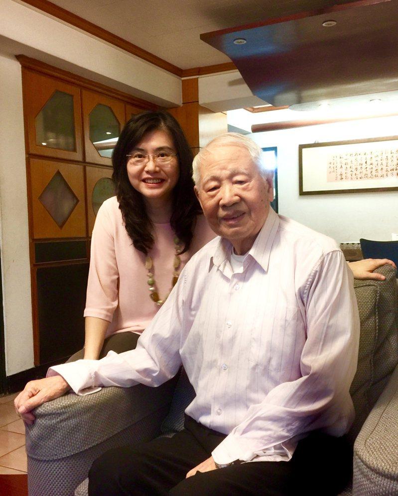 2017年葉青青(左)與詩人洛夫合影。 圖/陳義芝提供
