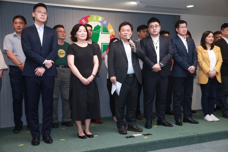 民進黨發言人謝佩芬(前排右一)表示,健康的兩岸交流,不應當損害尊嚴和國格、不能違反法令、更不能傷害國家主權與利益。聯合報系資料照片/記者黃義書攝影