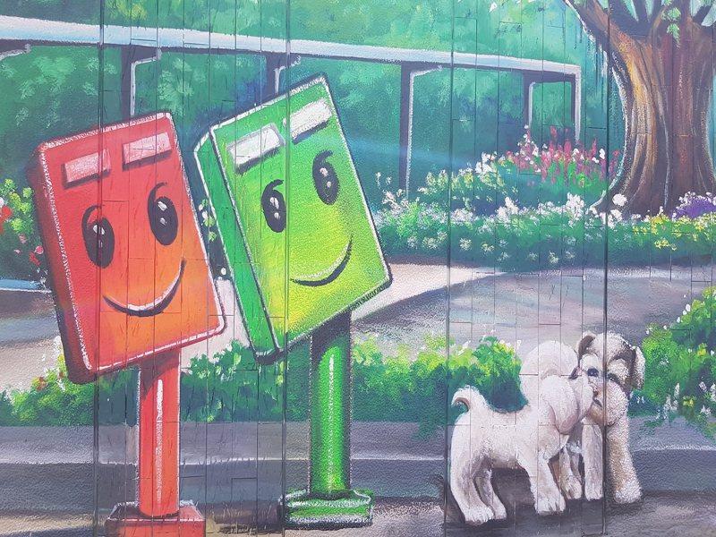新店區公崙里安忠路彩繪牆有可愛的貓貓狗狗,或坐或站,歡迎大家來拍照打卡。 圖/大新店有線電視提供