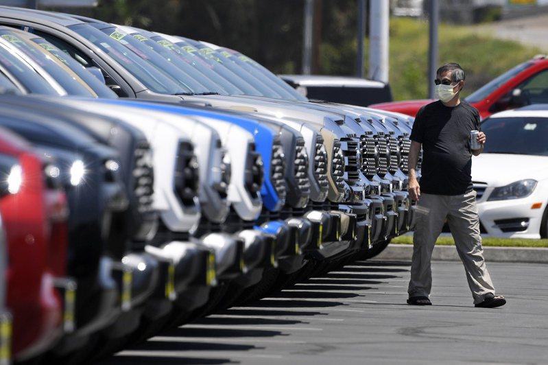 豐田南加州經銷商Longo Toyota的停車場。今年受到疫情停工影響,北美新車產能偏低。美聯社