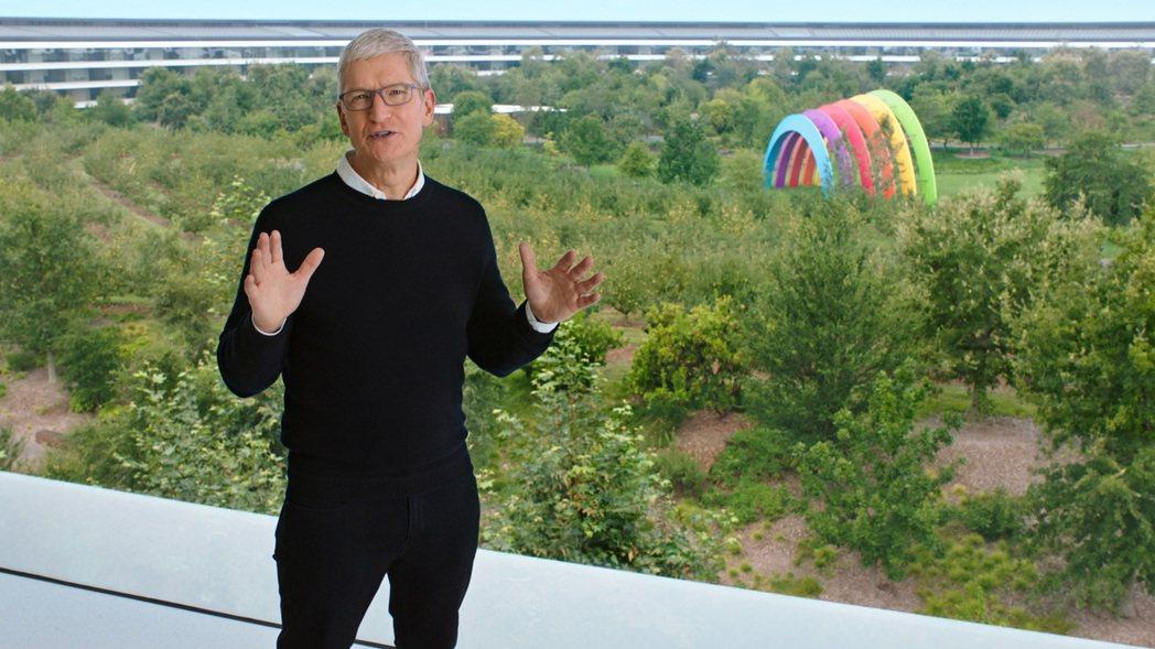 Tim Cook在Apple Park為全球用戶揭曉下半年新產品。圖/蘋果提供