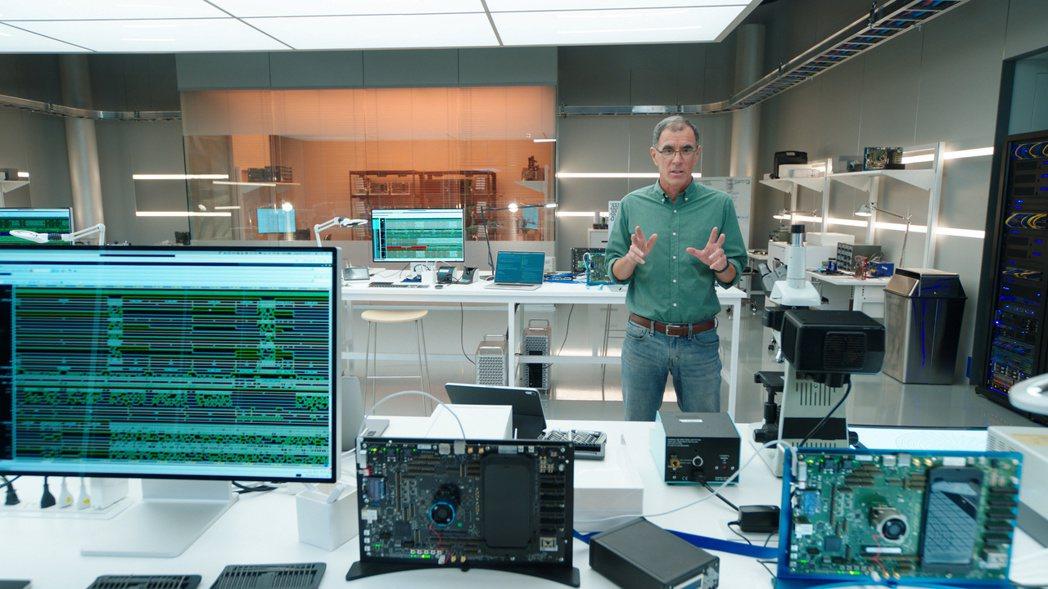蘋果公司平台架構副總裁Tim Millet介紹A14仿生晶片。 (路透)