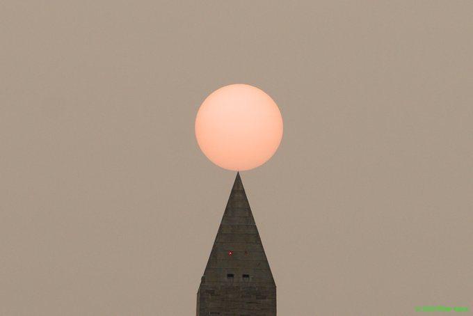 美國西部野火產生的霧霾已飄到東岸紐約和華府。取自推特(@philliefan_99)
