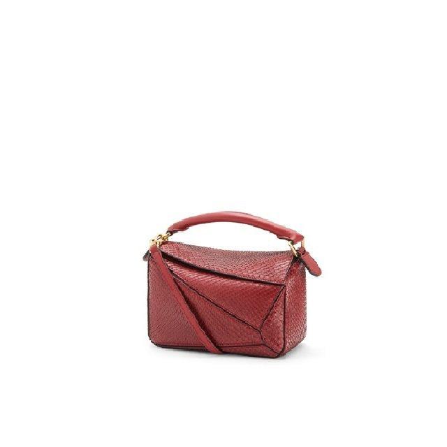 微風廣場LOEWE Puzzle紅色蟒蛇皮迷你肩背提包,價格店洽。圖/微風提供