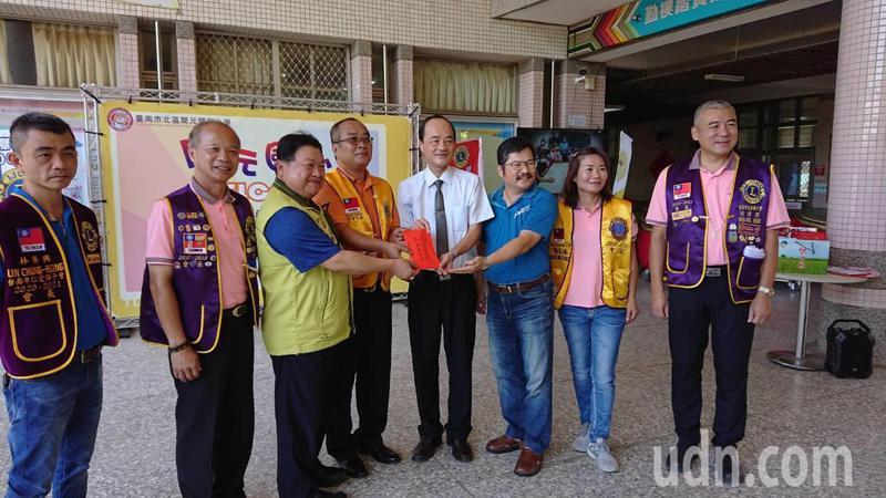 國際獅子會300D1區台南市北門獅子會今到開元國小捐款,幫助夜光天使班和武獅戰鼓隊。記者鄭惠仁/攝影