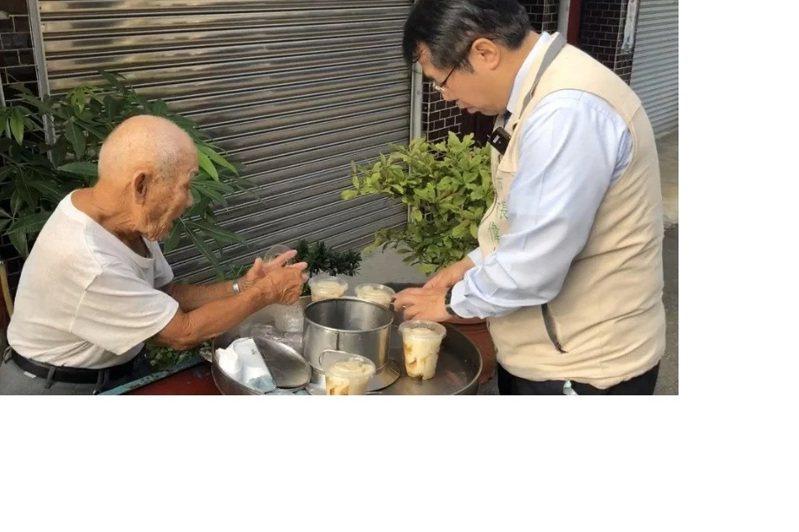 台南市永康豆花伯遭欺負,市長黃偉哲前往關心。圖/台南市政府提供