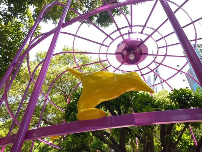 敦化南路的裝置藝術「鳥籠外的花園」被多本雜誌評譽為「不可能空間的再造」。圖/北市公園處提供
