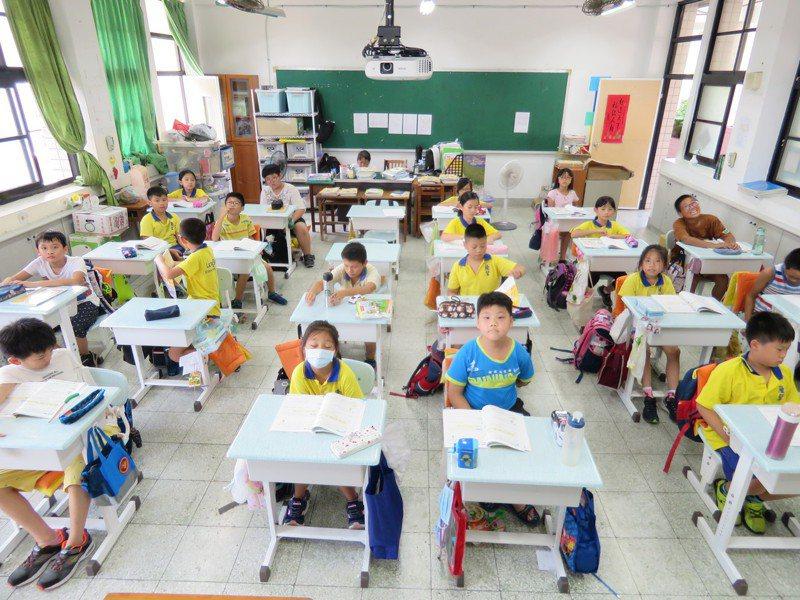 基隆9扶輪社捐隆聖國小110套調整課桌椅,學生舒適學習。記者游明煌/翻攝