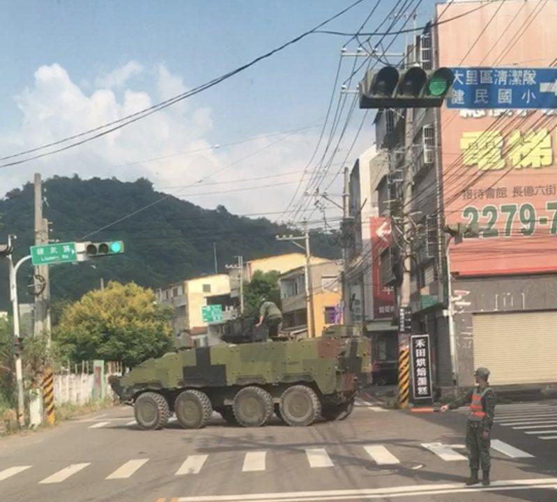 陸軍一輛雲豹甲車被民眾目擊在大街上無法一次順利右轉,而需交管分多次轉彎,不少網友看儍了眼。圖/取自網路社群