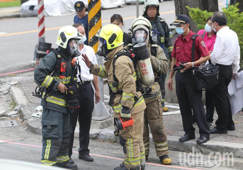消防隊員全副武裝到原住民故事館地下室測量相關數值。記者劉學聖/攝影