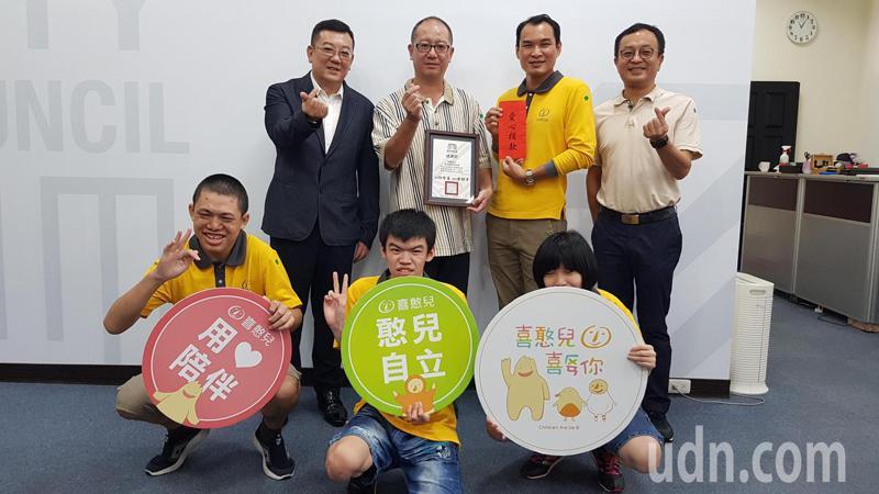新竹市議會議長許修睿(後左一)、副議長余邦彥(後右一)等人代表將音樂會售票所得,捐給喜憨兒社會福利基金會,希望拋磚引玉。記者黃瑞典/攝影