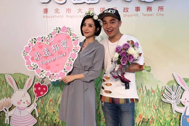 三立藝人李亮瑾今(16)日在臉書宣布懷孕三個月!她與張峰奇於2018年7月開始交往,2019年9月登記結婚。李亮瑾表示剛交往三個月時,張峰奇就提出結婚的計劃,她說:「老公說我讓他有定下來的感覺。」去...
