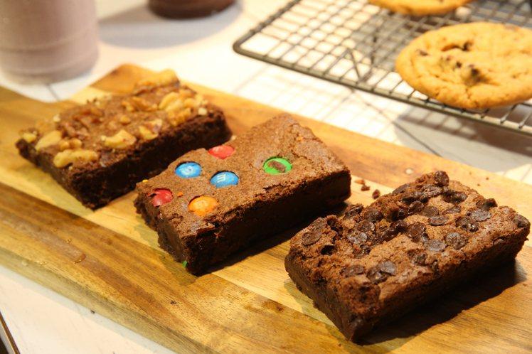 雙層軟心巧克力、雙層軟心核桃、雙層軟心迷你m&m's等3種口味的布朗尼蛋糕,售價...