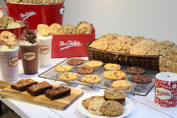 Mrs.Fields在台提供有14種餅乾、3種布朗尼蛋糕,還有3款餅乾奇樂冰沙。...
