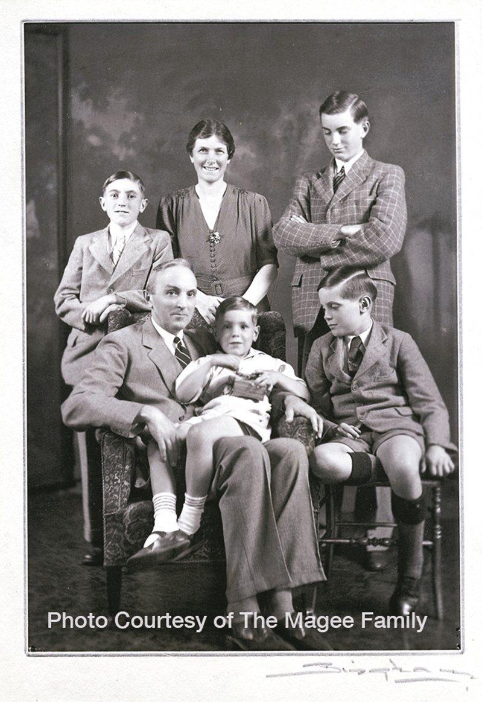 一九三○年代馬吉牧師全家福,攝於南京。大衛馬吉(後排左)、母親Faith(後排中)、小約翰馬吉(後排右)、馬吉牧師(前排左),幼子Hugh坐在父親的腿上、三子Christopher。(圖/王正方提供)