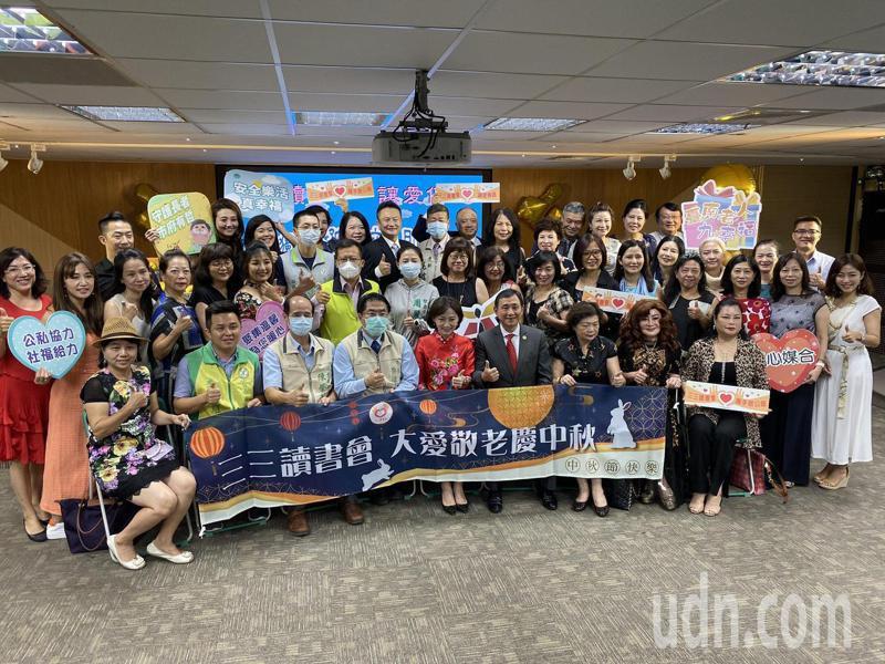 三三讀書會號召讀書會成員,捐贈文旦及月餅給台南市弱勢獨老。記者鄭維真/攝影
