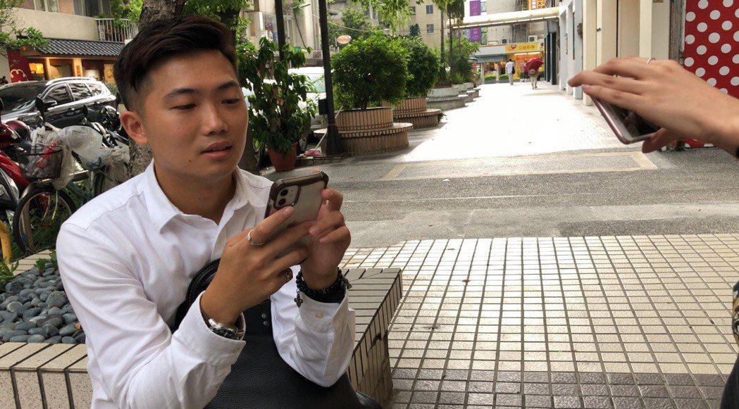 一名男粉稍早就來小鬼位於東區的潮牌店等候。記者許晉榮/攝影