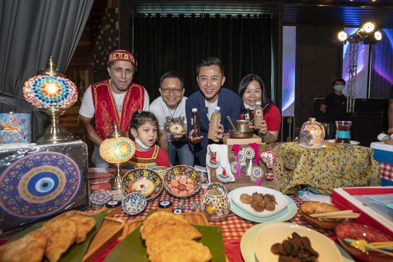 新竹生活節本周六、日在新竹市關新公園舉辦國際日,市長林智堅(右二)邀大家來逛市集、嘗美食,體驗異國文化。圖/市府提供