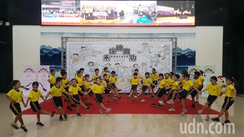 縣府上午宣布今年客家藝文嘉年華起跑,並邀僑育國小學童示範表演廣場舞,希望今年能有更多年輕朋友組隊參賽。記者胡蓬生/攝影