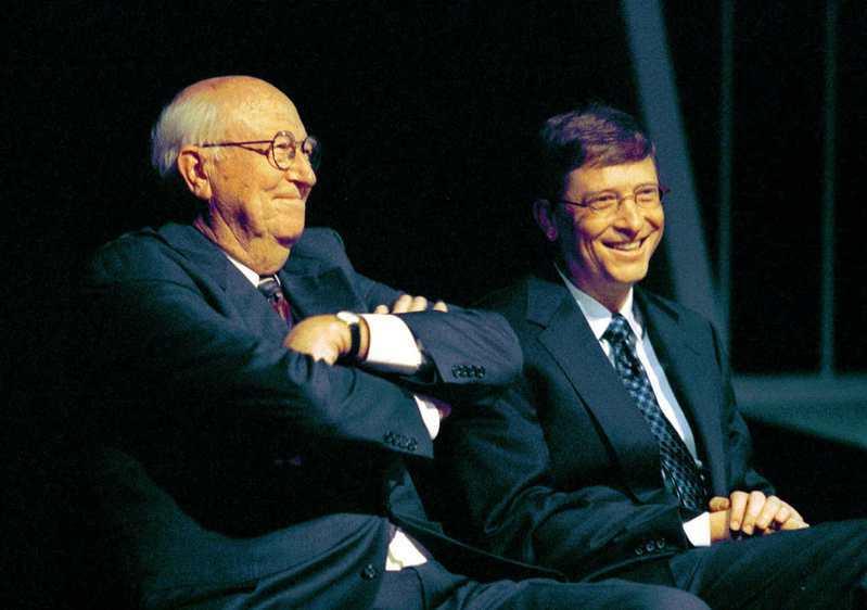 微軟共同創辦人蓋茲(右)說,他父親老蓋茲無條件支持他,使他年輕時勇敢冒險創業。圖為蓋茲父子2001年5月出席華盛頓大學的一場演講。美聯社