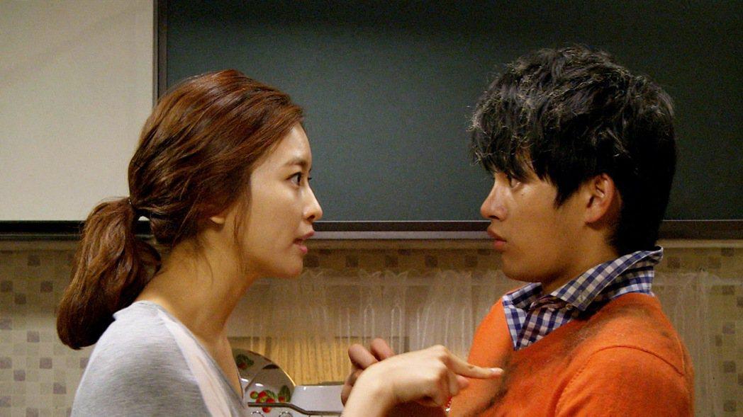 徐仁國(右)在劇中外遇被逮,遭老婆訓斥。圖/東森戲劇台提供