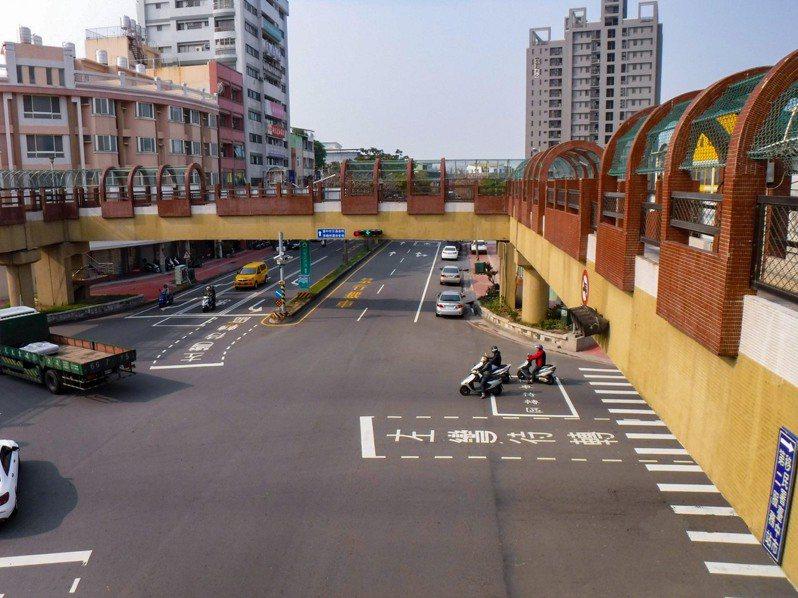 台中市豐原區屹立30年的中正路天橋,將於17日晚間啟動拆除作業。圖/中市府建設局提供