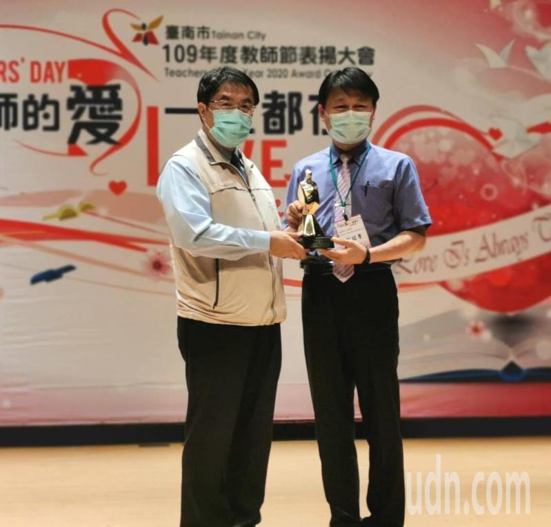 台南市政府教育局舉辦109年教師節表揚大會,市長黃偉哲(左)表揚榮獲全國師鐸奬的新營國小校長賴昭貴。記者謝進盛/攝影