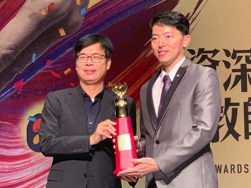 高雄市長陳其邁(左)頒獎給今年獲得教育部全國師鐸獎的左營高中教師林生祥(右)。記者徐如宜/攝影