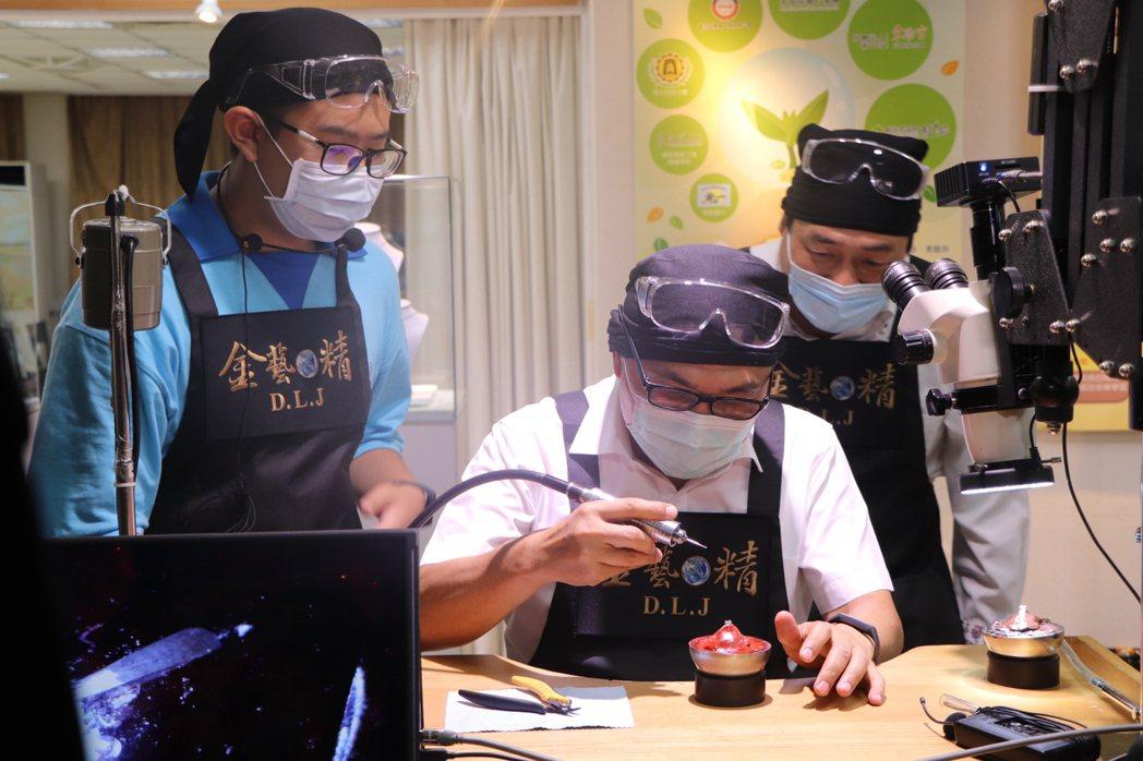 新北市長侯友宜(中)難得戴起黑框老花眼鏡,跟著學生一起體驗珠寶金工課程。記者吳亮...